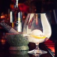 Das Foto wurde bei Slow Barcelona Cocktails & Boîte von Slow Barcelona Cocktails & Boîte am 2/16/2016 aufgenommen
