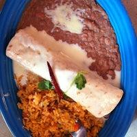 Foto tomada en La Parrilla Mexican Restaurant por Carlos P. el 10/18/2011