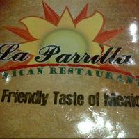 Foto tomada en La Parrilla Mexican Restaurant por Chelsie T. el 10/19/2012