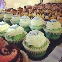 Снимок сделан в Cupprimo Cupcakery & Coffee Spot пользователем amy b. 12/10/2012