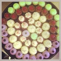 Снимок сделан в Cupprimo Cupcakery & Coffee Spot пользователем amy b. 4/26/2013