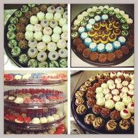 Снимок сделан в Cupprimo Cupcakery & Coffee Spot пользователем amy b. 3/1/2013
