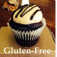 Снимок сделан в Cupprimo Cupcakery & Coffee Spot пользователем amy b. 10/17/2013