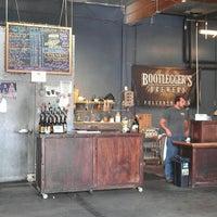 Foto tirada no(a) Bootlegger's Brewery por H.C. @. em 11/25/2012