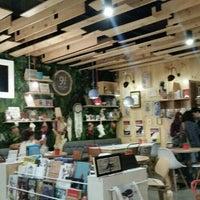 Foto tomada en Librería 9 3/4 Bookstore + Café por Je M. el 11/20/2015
