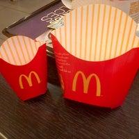 Foto tomada en McDonald's por Esther A. el 11/23/2012