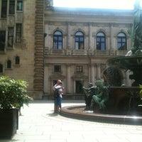 Das Foto wurde bei Das Parlament von Nermin C. am 7/29/2013 aufgenommen