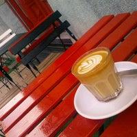 5/31/2013 tarihinde Sándor C.ziyaretçi tarafından Tamp & Pull Espresso Bar'de çekilen fotoğraf
