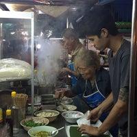 รูปภาพถ่ายที่ ก๋วยเตี๋ยวหมูห่อใบตอง | ตลาดศาลเจ้า โดย Lalinee K. เมื่อ 9/21/2017