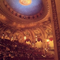รูปภาพถ่ายที่ The Chicago Theatre โดย Ryan K. เมื่อ 4/6/2013