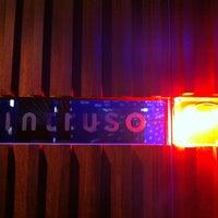 Foto tomada en El Intruso por Genevieve L. el 9/30/2012