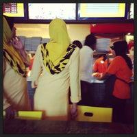 Foto scattata a Restoran Kari Kepala Ikan SG da Shikin S. il 5/10/2013