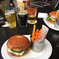 Foto tirada no(a) Duke's Burgers & Beer por Pablemur J. em 9/30/2018
