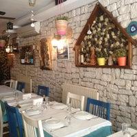 4/13/2013 tarihinde Dalinin D.ziyaretçi tarafından Mavra Restaurant'de çekilen fotoğraf