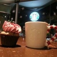 Foto tomada en Starbucks por Mon L. el 12/17/2012