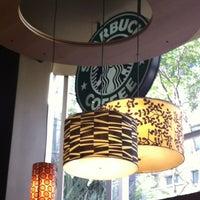 Foto tirada no(a) Starbucks por Sergio B. em 7/4/2013