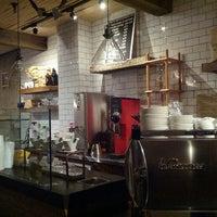 Foto scattata a Nolita Mart & Espresso Bar da Amanda il 10/29/2012