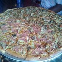 Foto tomada en Monster Pizza por Stephanie M. el 12/19/2012