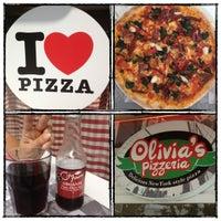 Foto scattata a Olivia's Pizzeria da Merve B. il 9/19/2012