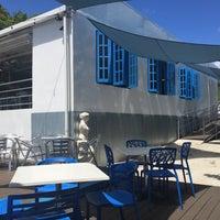 Снимок сделан в Santorini Ocean Lounge Restaurant пользователем Karla S. 9/27/2015