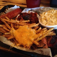 Foto tomada en Meat. Southern B.B.Q. & Carnivore Cuisine por Rev C. el 12/29/2012