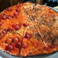 Foto scattata a Star Tavern Pizzeria da Rev C. il 11/9/2015