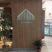 Foto scattata a Brown Café da Cea Z. il 11/4/2018