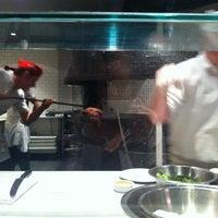 Foto tomada en Pizzeria Locale por Jennifer G. el 10/18/2012