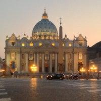 Foto diambil di Piazza San Pietro oleh Ekaterina U. pada 7/17/2013