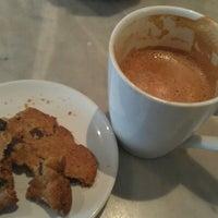 Foto tomada en Isabella's Chocolate Cafe por Melissa W. el 11/1/2012
