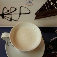 Photo prise au Coffee Castle par Yücel Y. le1/13/2016