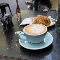 Foto tirada no(a) Cabrito Coffee Traders por Memo em 5/14/2021