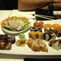 Foto tirada no(a) Kurokawa Sushi Bar por Carla Caroline M. em 10/6/2012