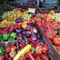 Photo prise au Ballard Farmer's Market par Tina T. le9/29/2013