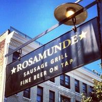 Foto tomada en Rosamunde Sausage Grill por Brett W. el 9/25/2012