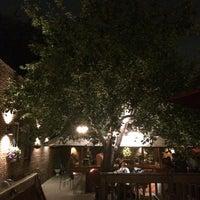 Foto tomada en Evelyn's Restaurant & Bar por Davaish S. el 9/30/2014