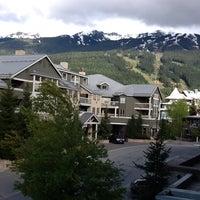 Foto tirada no(a) Summit Lodge Whistler por Claudia em 6/2/2013