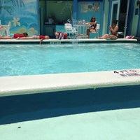 Das Foto wurde bei The Float Pool And Patio Bar von Nicole A. am 6/4/2013 aufgenommen