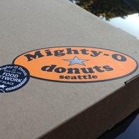 10/5/2012 tarihinde Henry T.ziyaretçi tarafından Mighty-O Donuts'de çekilen fotoğraf