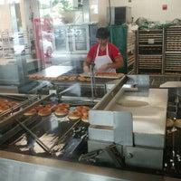 Das Foto wurde bei Krispy Kreme Doughnuts von Jee S. am 6/12/2016 aufgenommen
