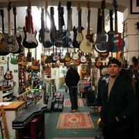 รูปภาพถ่ายที่ Lark Street Music โดย Angelo G. เมื่อ 12/17/2014