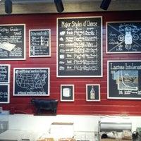 Foto tomada en Antonelli's Cheese Shop por Ben N. el 12/22/2012