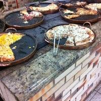 10/14/2012 tarihinde Jade d.ziyaretçi tarafından Pizzaria Falcone'de çekilen fotoğraf