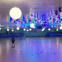 รูปภาพถ่ายที่ Skateville Family Rollerskating Center โดย Christopher C. เมื่อ 9/12/2019