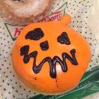 Das Foto wurde bei Krispy Kreme Doughnuts von Crystal Q. am 10/6/2012 aufgenommen