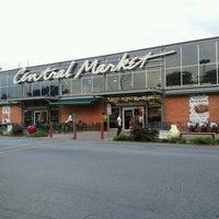 Foto scattata a Central Market da Alachia Q. il 5/16/2013