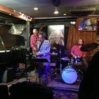 Das Foto wurde bei Smalls Jazz Club von Siobhan Q. am 12/10/2012 aufgenommen