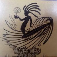 รูปภาพถ่ายที่ Waveriders Coffee & Deli โดย Tim B. เมื่อ 7/7/2014