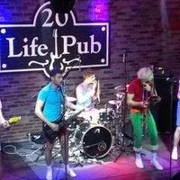 Foto diambil di Life Pub oleh Anton P. pada 2/27/2013