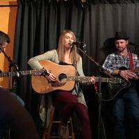 Photo prise au Bobby's Idle Hour Tavern par Tim R. le12/18/2016